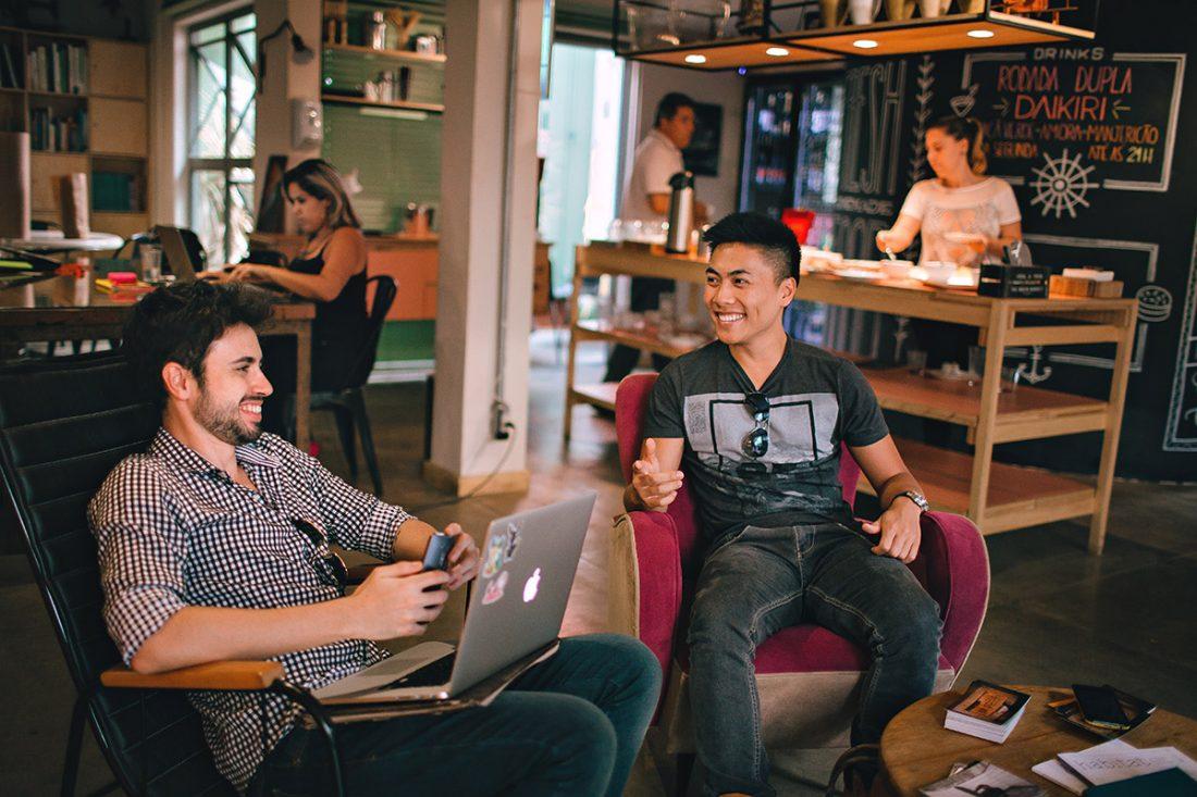 twee freelancers in een coworking space