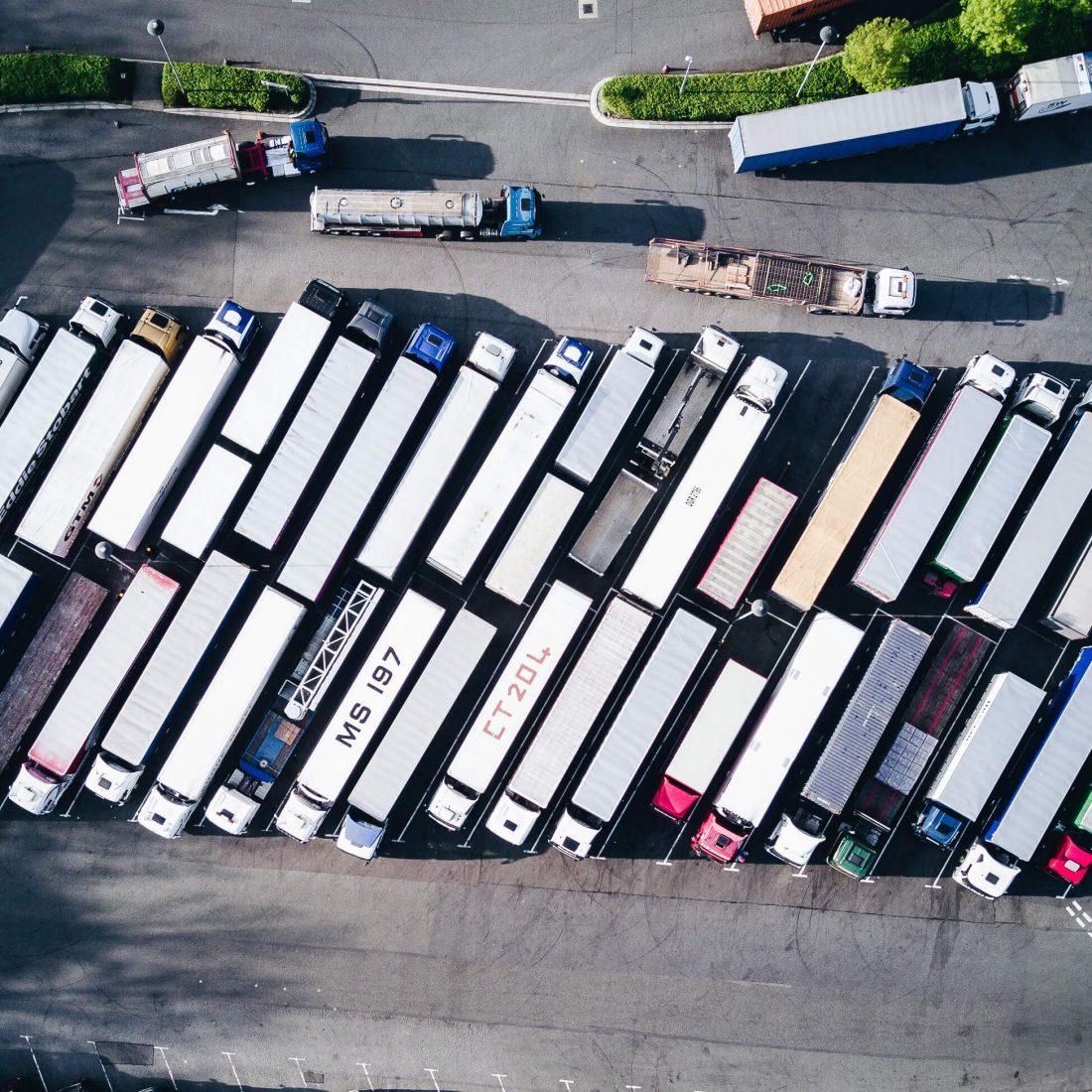 rij met vrachtauto's op de parkeerplaats
